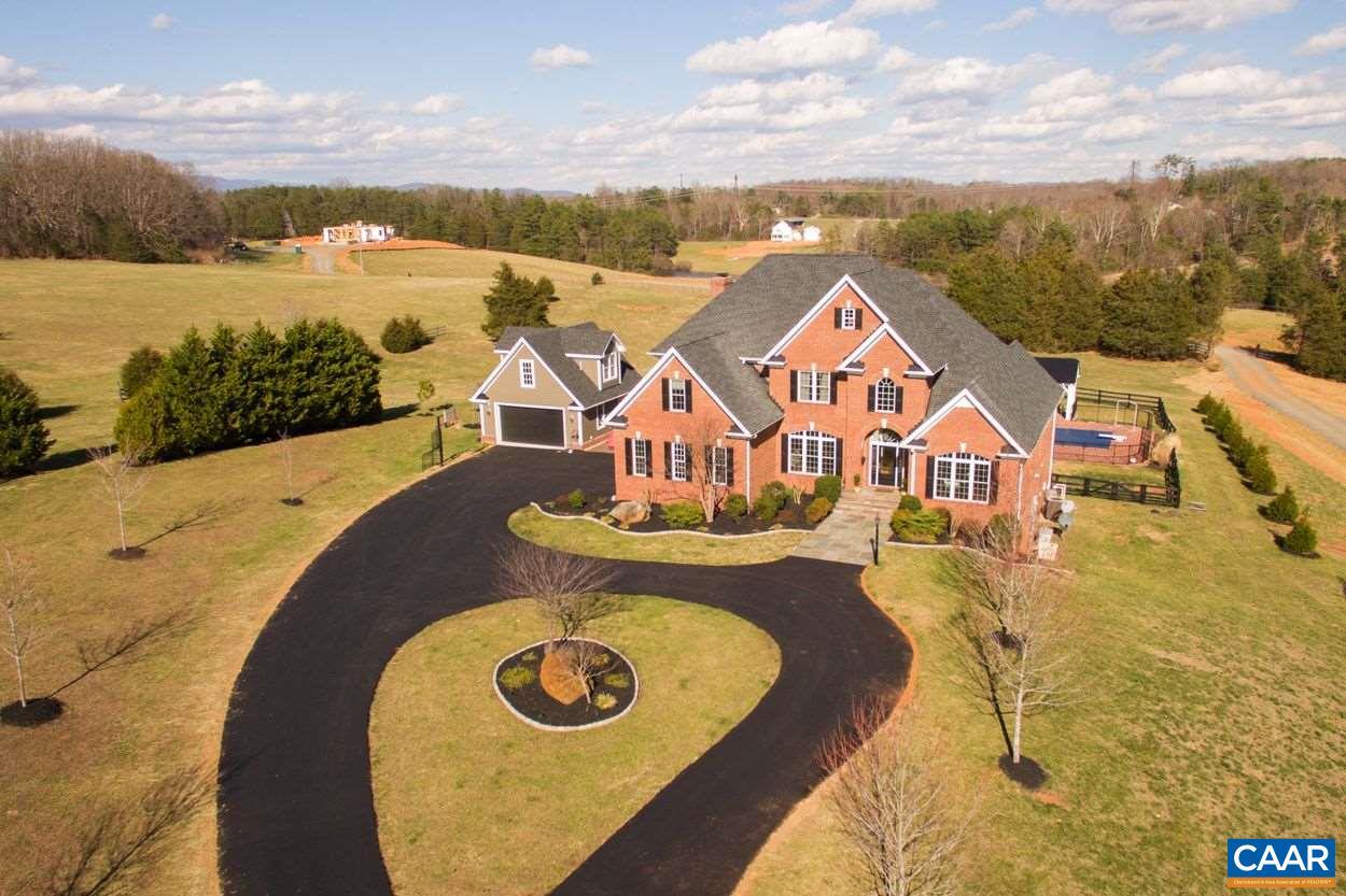 Maison unifamiliale pour l Vente à 493 BURCHS CREEK Road Crozet, Virginia 22932 États-Unis