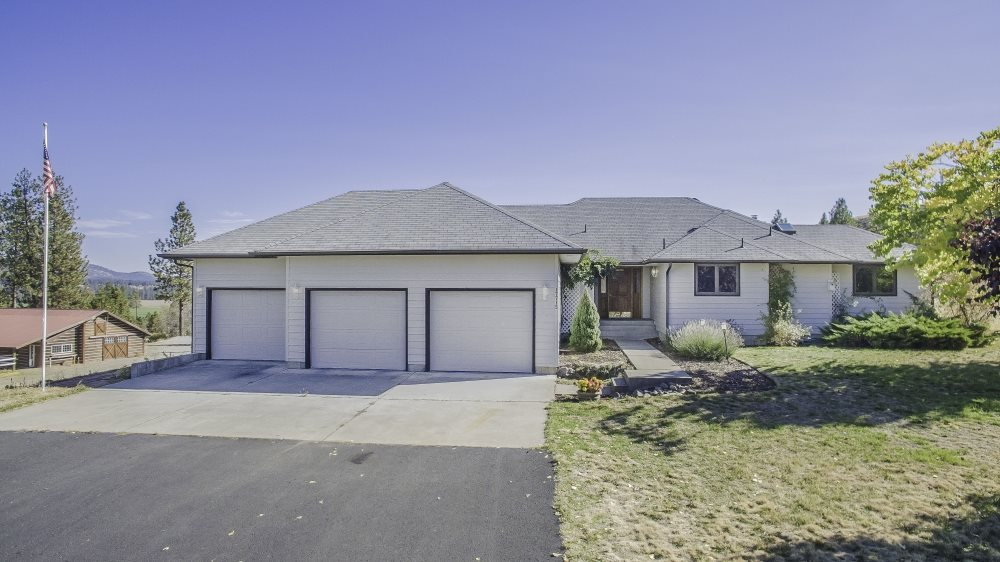 Single Family Home for Sale at 17715 N South Bank Road 17715 N South Bank Road Nine Mile Falls, Washington 99026 United States
