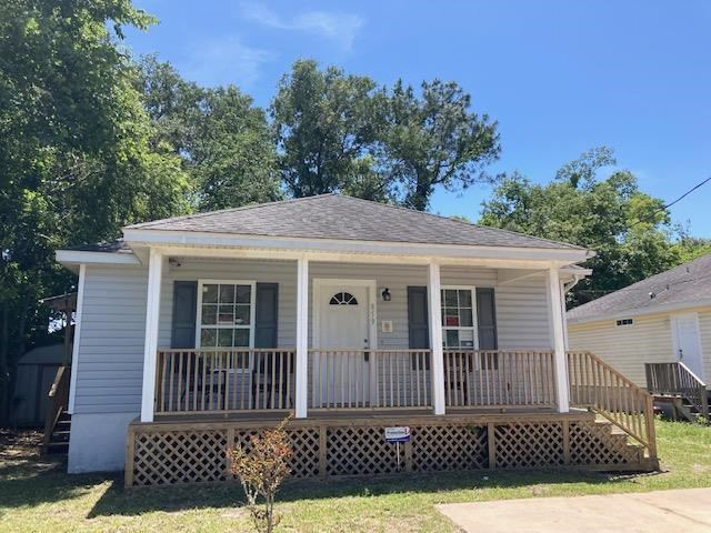 This well maintained home has a lot of charm and a great floor-plan. 3 bedrooms and 2 full baths. Just minutes to historic downtown and fifteen minutes to the beach. Recently connected to county sewer makes for a great backyard to enjoy gardening or outdoor family fun. Knock down high ceilings add to the light, bright and cheerful feel. Just bring the rockers this home also includes a front porch to add the Southern Charm. Stacked washer and dryer included.
