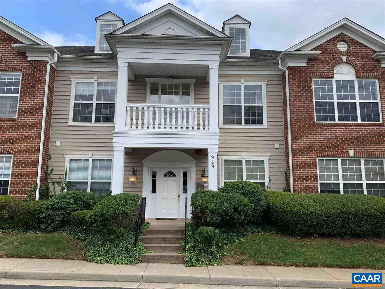 Beautifully Condo, with new paint throughout, granite counters, fireplace, hardwood floors , open floor plan. Great location, convenient to downtown, and 29.
