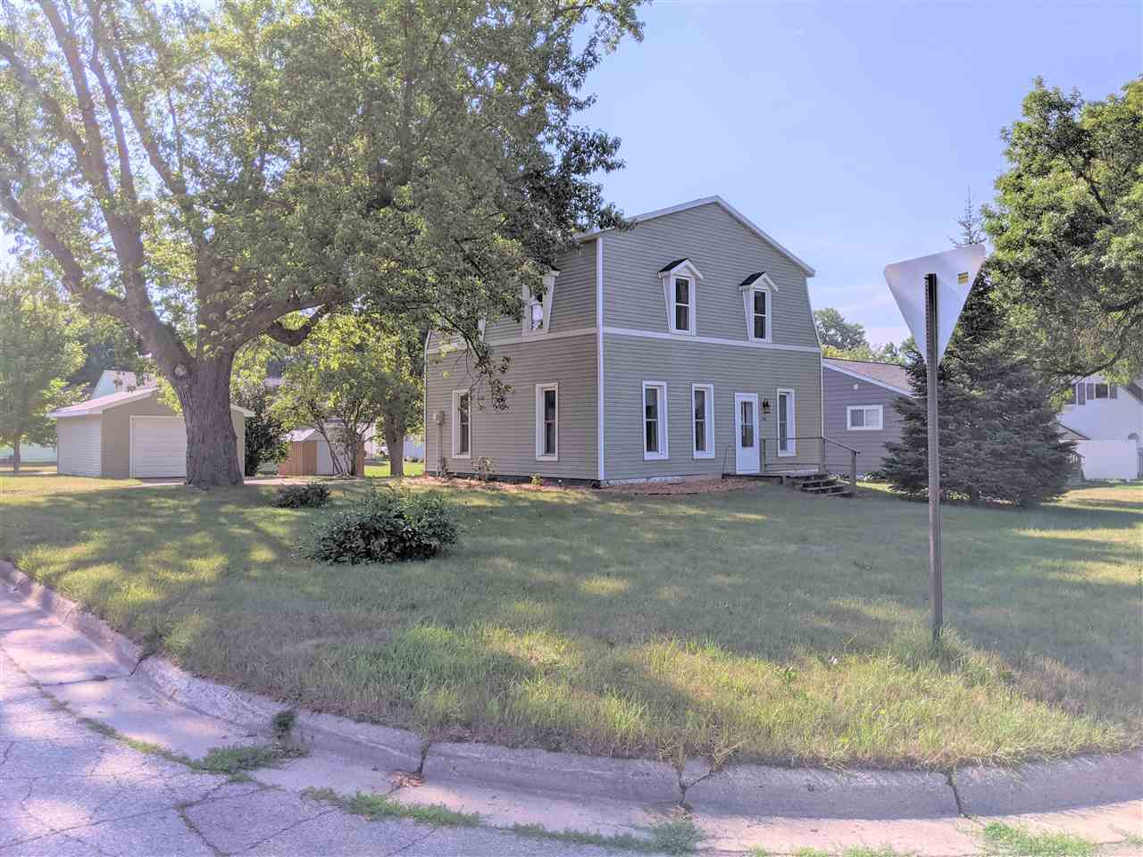 720 N 11th St, Estherville, IA 51334