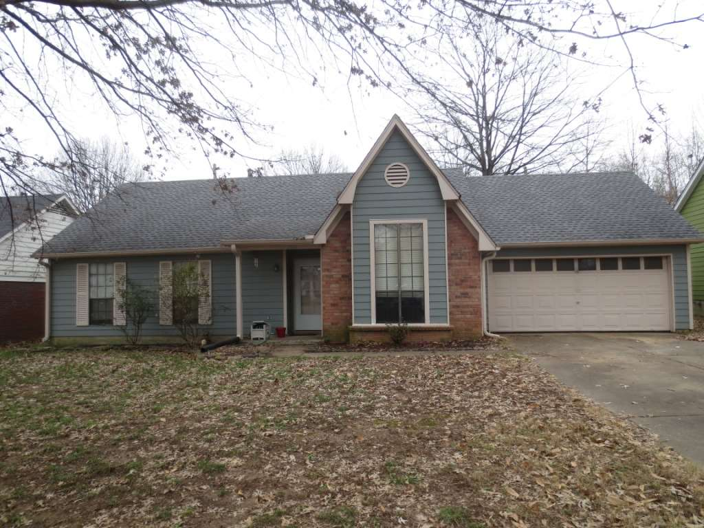 Fantastic 3 bedroom, 2 bsath home with 2 car garage.  Hardwood floors (or laminate), eat-in kitchen with pantry.  Greatroom features fireplace.  Fenced backyard, large patio and mature trees.  Quiet street and located near hospital and mall.  Minutes to the Interstate and shopping.  Well maintained home in Wolfchase area.