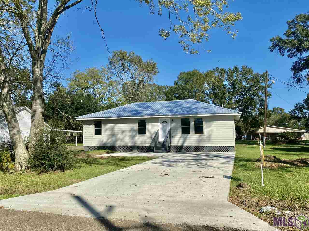 "COMPLETELY RENOVATED 3BR/2BTH on .412 acre lot!!! Rural setting -great location off HWY 621 - quiet dead-end street. Flood zone ""X"" - NO FLOOD INSURANCE REQUIRED!!  Beautiful master suite includes a spacious master bath featuring a double vanity, water closet, soaker tub and walk-in closet. Beautiful Vinyl Plank Flooring throughout. On demand hot water heater Did not flood!! Awesome Ascension schools (Central Primary & Middle, EA High - as per www.apsb.org)"